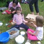 Mladi kuharici pripravljata kolačke.