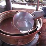 Ob rob nalijemo vodo za tesnenje pokrova.