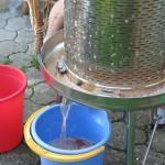 Preša na vodni pritisk stisne veliko soka. To je veselje opazovat!